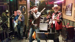 Foto: Band spiel auf eine kleinen Eck-Bühne