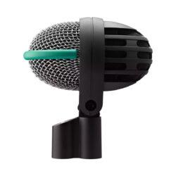 Foto: eiförmiges Mikrofon mit silbernem Korb umrandet von grünem Gummihalbring auf linker Hälfte und durchbrochene Gehäuse mit feinmaschigem Gewebe inkl. schwarzer Halterung