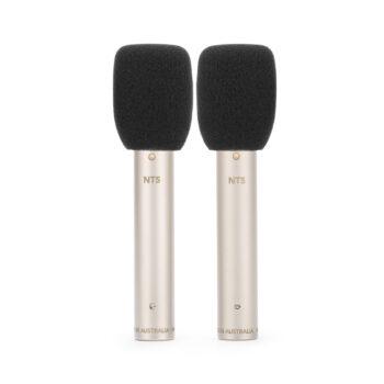 Foto: 2 silberbräunlich-farbene zylindrische Mikrofone mit je einem Pop-Schutz aus schwarzem Schaumgummi oberen Ende, senkrecht parallel