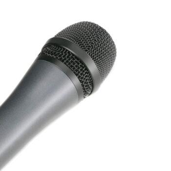 Foto: grauer Mikrofongriff mit schwarzem Korb